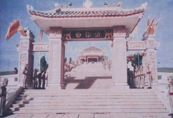 Sinh vien si quan truong bo binh Thu Duc tai NTQDBH trong ngay le Quoc Khanh nam 1969.jpg