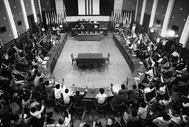 Buổi họp của lưỡng viện Quốc hội VNCH bỏ phiếu vào ngày Chủ nhật 28-4-1975 yêu cầu TT Trần Văn Hương trao chức Tổng thống cho Tướng Dương Văn Minh .jpg