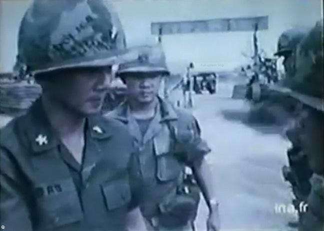 Chuan tuong Le Minh Dao tham binh si SD18BB tai mat tran Long Khanh thang 4 nam 1975 .JPG