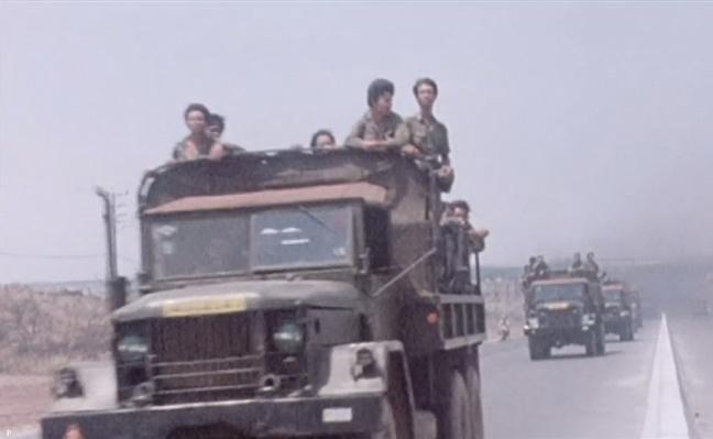 Doan cong voa chuyen quan yem tro mat tran Xuan Loc thang 4 nam 1975 .JPG