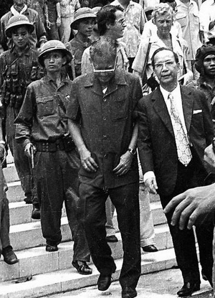 Tong thong Duong Van Minh va Thu tuong Vu Van Mau bi quan cong san bac viet dan ra khoi dinh doc lap ngay 30 thang 4 nam 1975 jpg