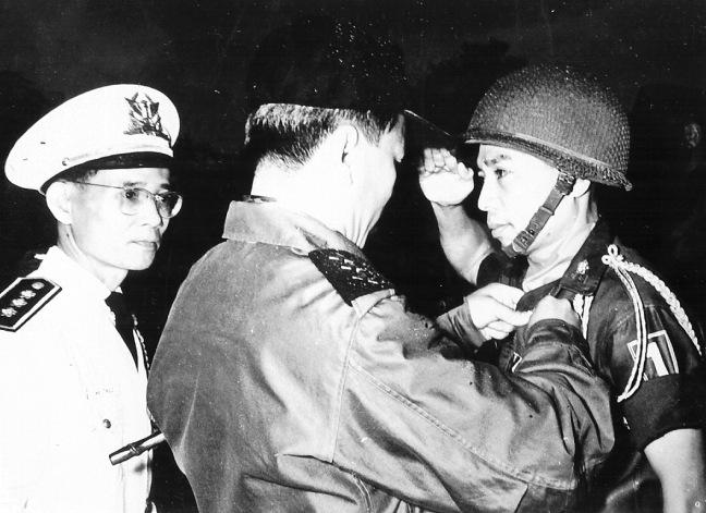 Tong thong Nguyen Van Thieu trao tang huy chuong an thuong cho mot Si quan Su doan 1 bo binh. Hinh cua Bo thong tin . TVQ Collection.jpg