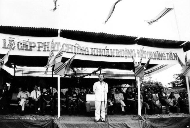 Tong thong Nguyen Van Thieu trong buoi le cap phat chung khoan ruong dat cho nong dan .jpg