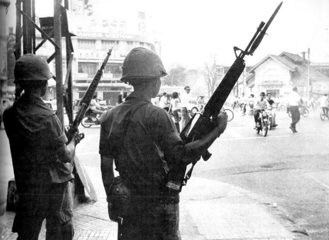 Chien si QLVNCH vung tay sung bao ve thu do Saigon sang ngay 30 thang 4 nam 1975