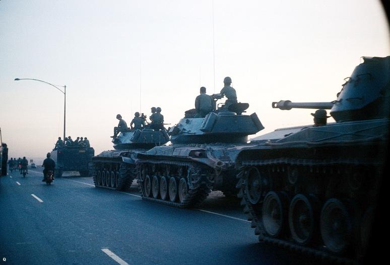 Chien xa M41 va M113 thuoc Lu doan 3 ky binh di chuyen tren xa lo Bien Hoa