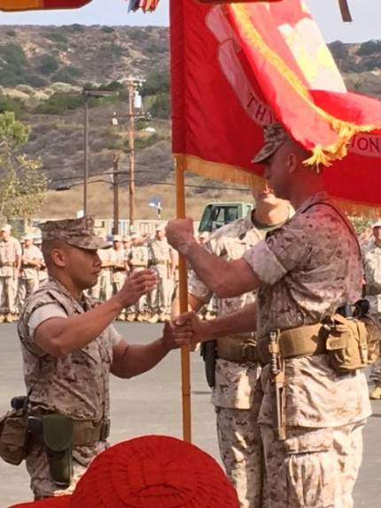Trung ta Jack Doan trao hieu ky TD3, TD5 TQLC cho quan nhan trong don vi .jpg